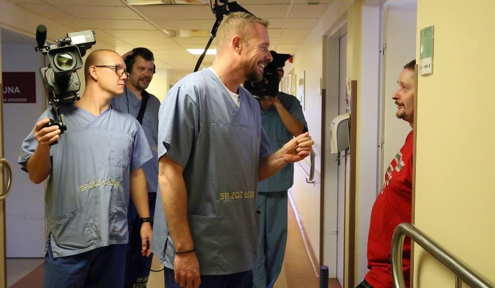 Film do artykułu: Rinke Rooyens kręcił odcinek w Łęcznej. Program o oparzeniówce już w niedzielę w telewizji