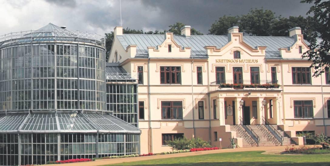 Słynna rezydencja Tyszkiewiczów w Kretyndze na Żmudzi, której ozdobą był i jest potężny ogród zimowy (z lewej)
