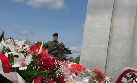 Wojsko jak zawsze przy tego rodzaju okazjach nie zawiodło. Była orkiestra, był oddział reprezentacyjny 12 DZ, byli dowódcy. Oni pamiętają 2 maja 1945
