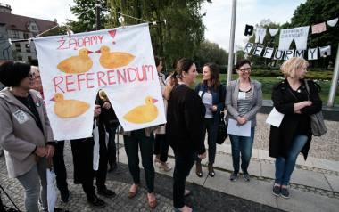 Rodzice domagający się referendum w trakcie demonstracji na placu Mickiewicza.
