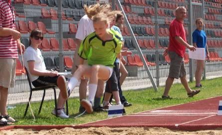 Młodzież rywalizowała w skoku w dal, biegu na 60 metrów i trójskoku.