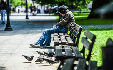 Mimo optymistycznych zapowiedzi, kolorowo nie jest. Kiedyś bieda kojarzyła się z bezdomnością i niezaradnością życiową. Dzisiaj jednak ubóstwo ma także