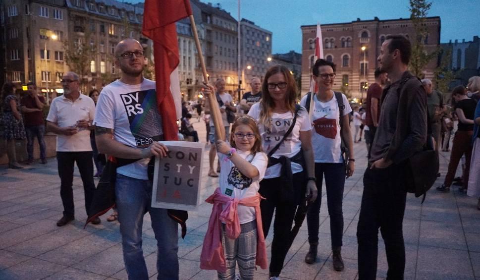 """Film do artykułu: Protest w Łodzi przeciw zmianom w sądownictwie. Kolejny """"łańcuch światła"""" [ZDJĘCIA FILM]"""
