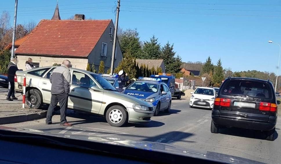 Film do artykułu: Kolizja w Zielonej Górze. Opel zatrzymał się na słupkach