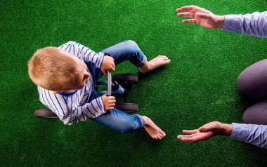 Dorosły, jeśli chce, może mieszkać w ziemiance. Ale jeśli pojawia się dziecko, konieczna jest zmiana trybu życia - uważa Renata Makieła, dyr. szkoły