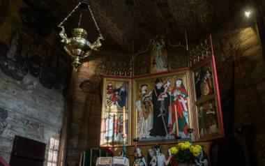 Kwiatowe wzory na suficie nad ołtarzem powstały w średniowieczu