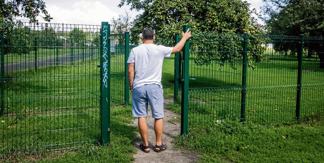 Wybieg dla psów na Wilczaku - to stąd jakiś złodziej zaczął wymontowywać i wywozić części ogrodzenia. Szkody szybko naprawiono, ale Urząd Miasta szacuje