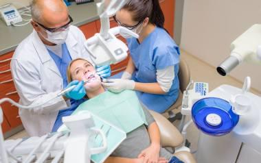 Bezpieczne usuwanie wypełnień amalgamatowych wymaga stosowania specjalnej procedury, dlatego powinni ją wykonywać wyłącznie świadomi i przeszkoleni
