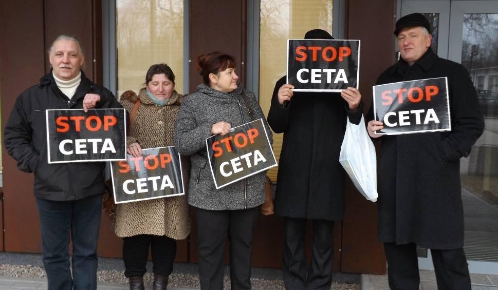 Film do artykułu: Rolnicy z 5,2 tys. podpisów przeciw CETA w biurze europosła Czesława Hoca [wideo]