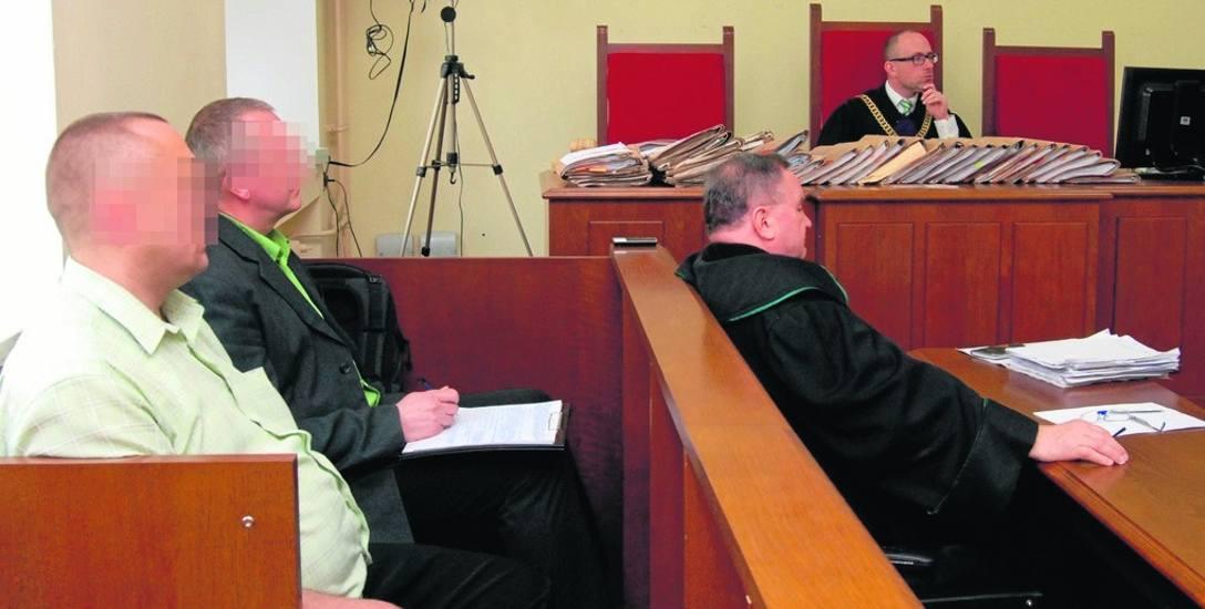 Janusz K. (z prawej na ławie oskarżonych) został zatrzymany pod koniec 2008 roku przez policjantów z KWP w Gdańsku