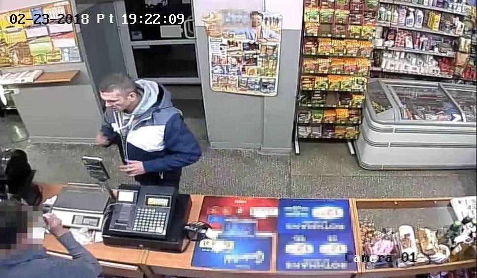 Film do artykułu: Ten mężczyzna ukradł 2200 złotych ze sklepu w Prudniku. Nagrał go monitoring. Policja publikuje wizerunek złodzieja i moment kradzieży