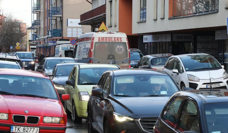 Film do artykułu: Totalny paraliż centrum Kielc. Ulica Starodomaszowska zakorkowana po wprowadzeniu ruchu jednokierunkowego na Radiowej