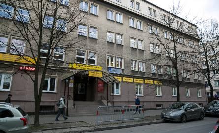Budynek na ul. Rzeźniczej, w którym mieści się szkoła, jest kolejną kamienicą, którą może stracić miasto