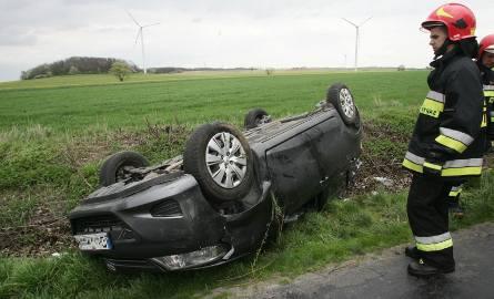W miejscowości Sadki dzisiaj rano dachowało auto.