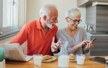 Super Seniorzy są online! Korzystaj ze smartfona i Internetu, zobacz jakie to proste!