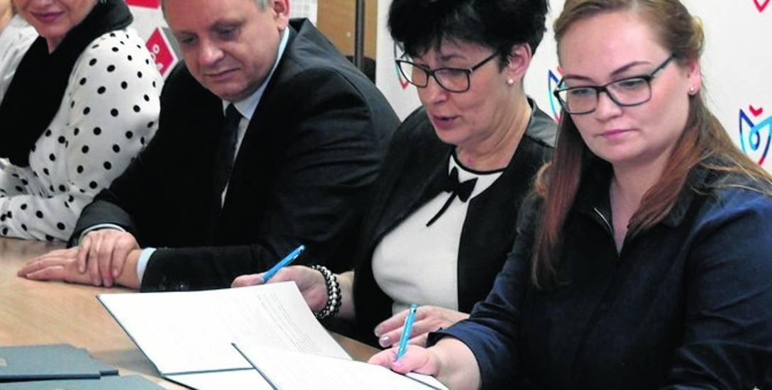 Umowę podpisała dyrektorka CKU Renata Buss (druga od prawej) oraz przedstawiciele Grupy Homanit Holding