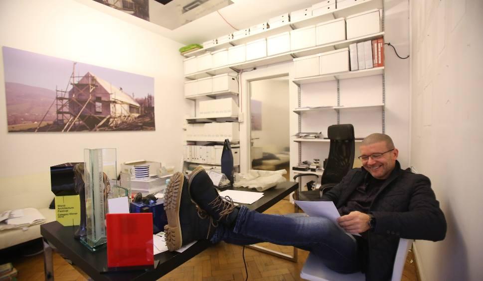 Film do artykułu: Architekt Robert Konieczny z Katowic ma nową pracownię w Unikato. To czarny jak smog budynek, który sam zaprojektował. Gdzie jest KWK Promes