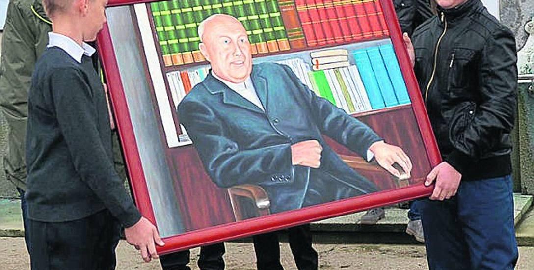 W szkole w Pruszczu  w holu  jest obraz patrona szkoły ks. Józefa Bruskiego, który namalował  miejscowy  artysta