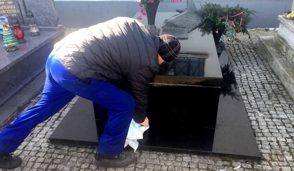 Film do artykułu: Ekshumowano ciało Grzegorza Dolniaka, posła na sejm RP i ofiary katastrofy smoleńskiej. Ekshumacja w Będzinie odbyła się w nocy 21 marca
