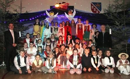Dyrektor szkoły Tomasz Gruszczyński chętnie fotografował się ze swoimi uczniami. Był dumny ze wszystkich młodych artystów.