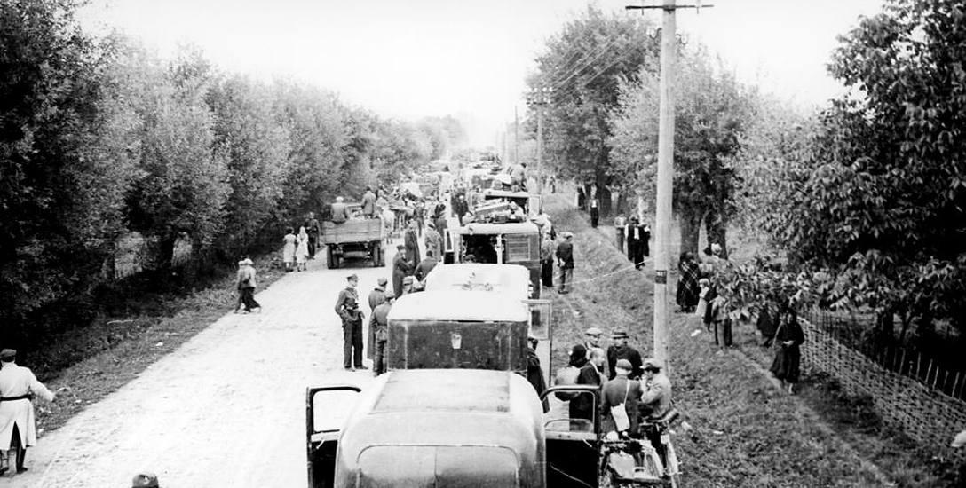 Polskie drogi we wrześniu 1939 roku były zatłoczone samochodami, wozami konnymi i kolumnami wojska