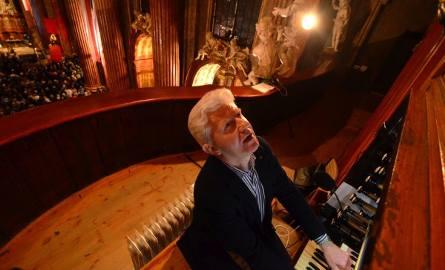 Grzegorz Celiński, grając podczas mszy, obserwuje w lusterku, co się dzieje przy ołtarzu