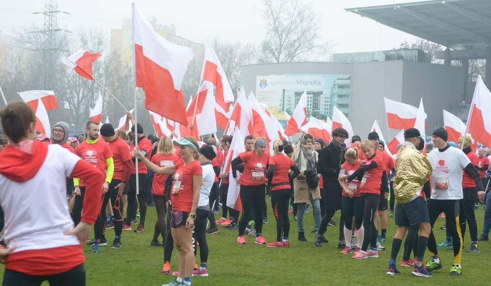 Film do artykułu: Ponad 550 uczestników na starcie VI Biegu Niepodległości w Radomiu. Biegacze rywalizowali na trasie 10 kilometrów