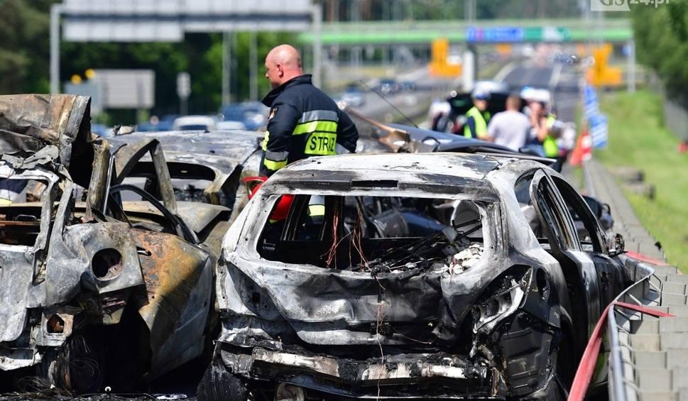 Film do artykułu: Śmiertelny wypadek pod Szczecinem w okolicy węzła Kijewo na S3. Pożar kilku aut, są ofiary śmiertelne [ZDJĘCIA]
