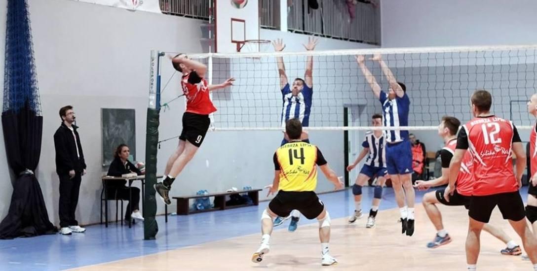 Na koniec rozgrywek III ligi Biebrza Lipsk (czerwone koszulki) pokonała 3:0 u siebie Ruch Wysokie Mazowieckie.