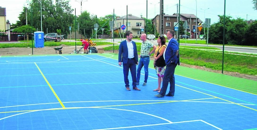Wiceprezydent Andrzej Garlicki oceniał ostatnie zniszczenia na nowo powstającym wielofunkcyjnym boisku. - Szanujmy naszą wspólną własność - apeluje.