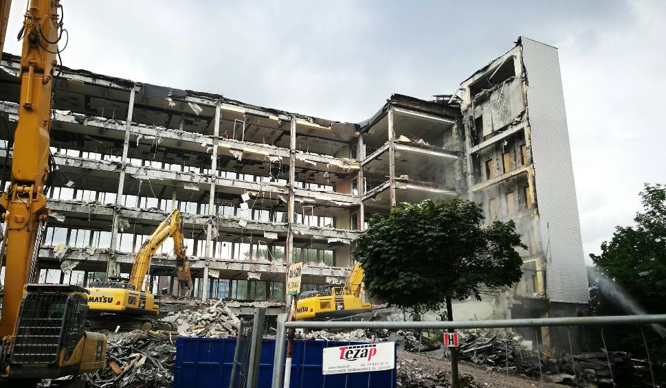 Film do artykułu: Rozbiórka budynku D Uniwersytetu Ekonomicznego w Katowicach. Będzie tu kampus projektu Tomasza Koniora. Wyburzanie trwa ZDJĘCIA + WIDEO
