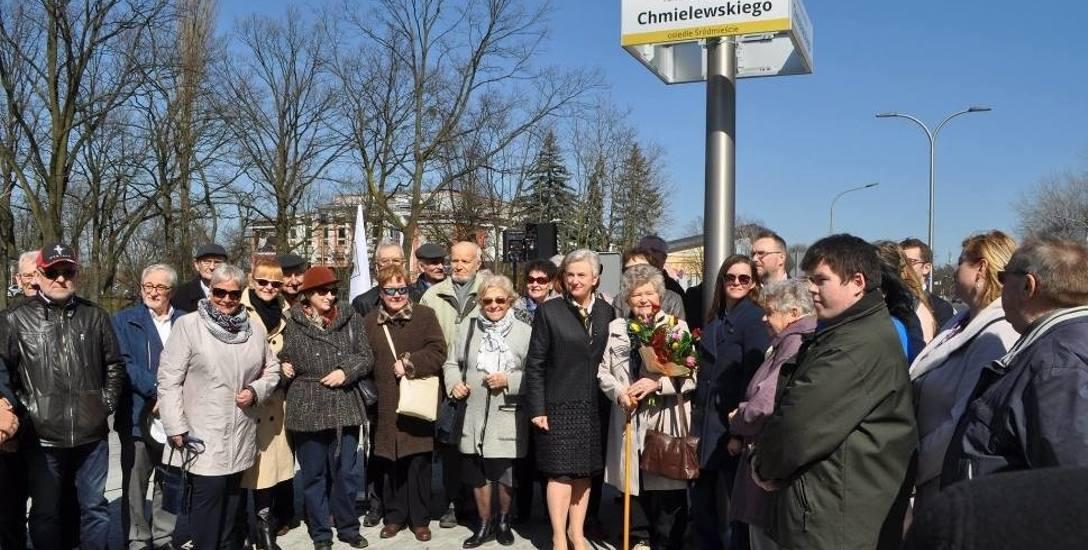 6 kwietnia 2018 na rondzie odsłonięto tabliczkę z imieniem Konstantego Chmielewskiego.