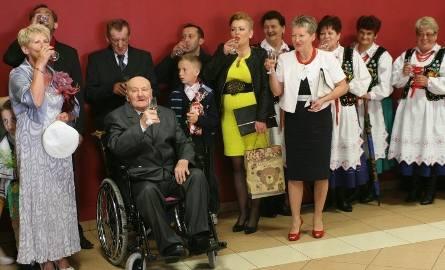 Pan Władysław Duma za swoje dalsze zdrowie wspólnie z rodzina i przyjaciółmi wypił lampkę szampana.