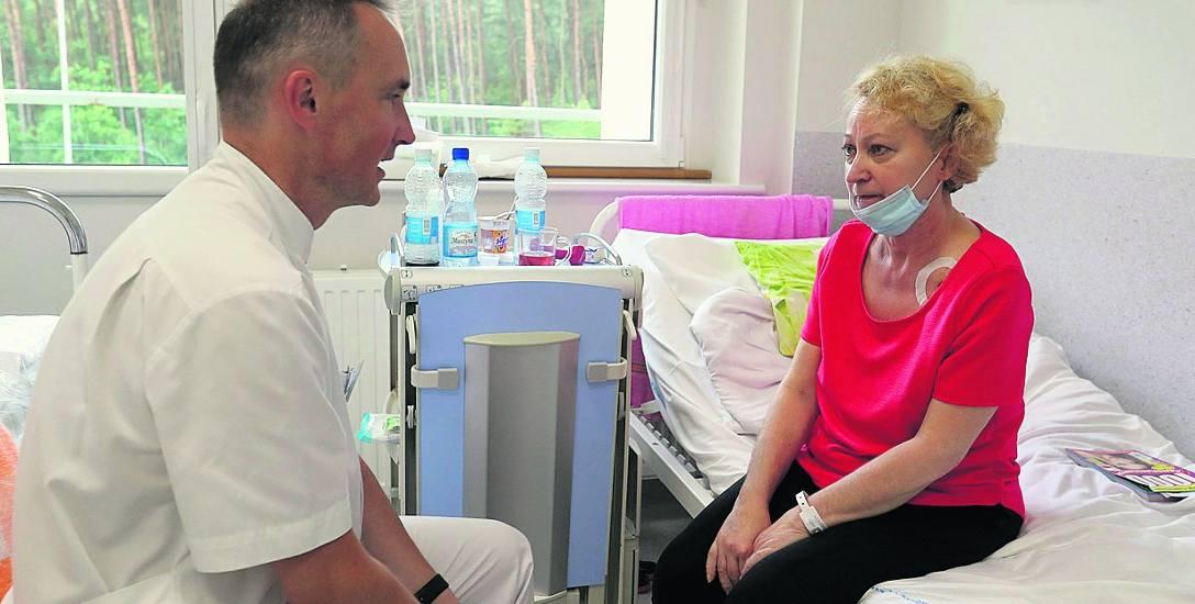 Pani Grażyna (na zdjęciu z doc. Bartoszem Kubisą) była 50. pacjentem, któremu od 2009 roku przeszczepiono płuca w szpitalu w Zdunowie. To drugi po Zabrzu