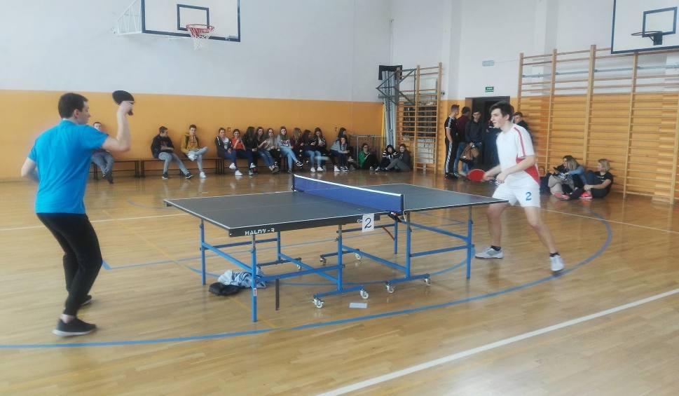 Film do artykułu: Sportowa środa w Zespole Szkół w Kozienicach. Siłowano się na rękę i grano w ping-ponga
