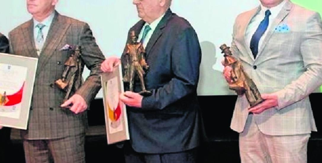 Józef Jażdżyk (w środku) po odebraniu statuetki Wokulskiego Roku 2017, przyznanej Spółdzielni Inwalidów SIZEI