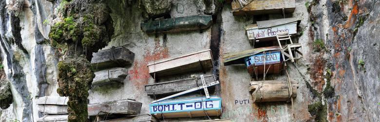 Wiszące trumny w Sagadzie, FilipinyCmentarz w Sagadzie na Filipinach to miejsce, do którego przybywają rzesze turystów. Dlaczego? Chcą zobaczyć nietypowy
