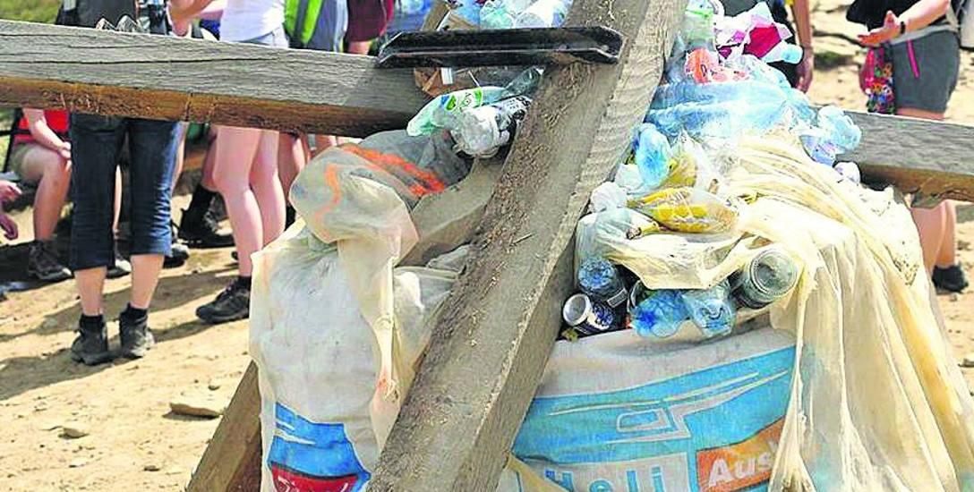 Stos śmieci na Tarnicy - to pozostawili po sobie turyści. Okazuje się, że przez pomyłkę worki z kamieniami potraktowali jak kosze na śmieci.