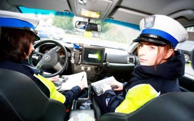 11-23-2010 jelenia gora policjantki z drogowki nz w czarnych wlosach sierzant sztabowa aneta szacillo kulikowska w jasnych wlosach posterunkowa katarzyna