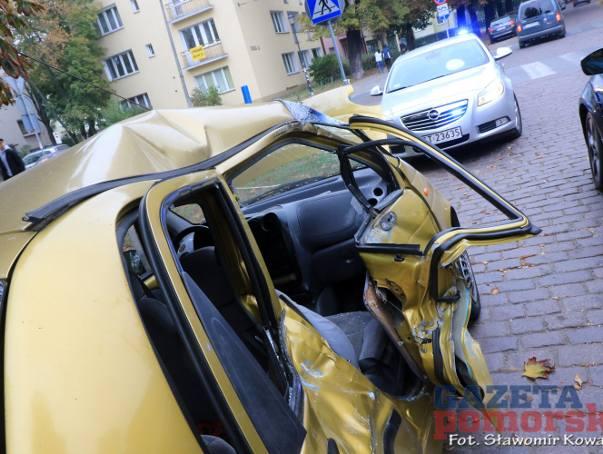 Zderzenie osobówki z tramwajem w Toruniu. Są ranni