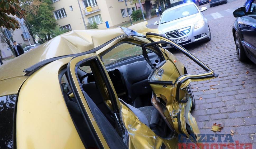 Film do artykułu: Zderzenie osobówki z tramwajem w Toruniu. Są ranni [wideo, zdjęcia]