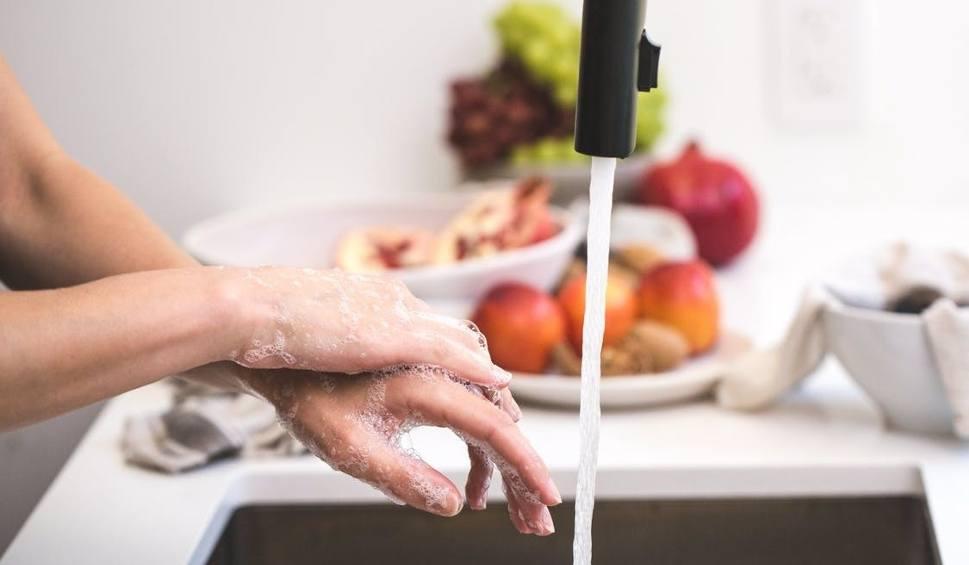 Film do artykułu: Dom bez chemii: jak sprzątać bez szkodliwych detergentów? Naturalne i pachnące zamienniki szkodliwych środków do czyszczenia