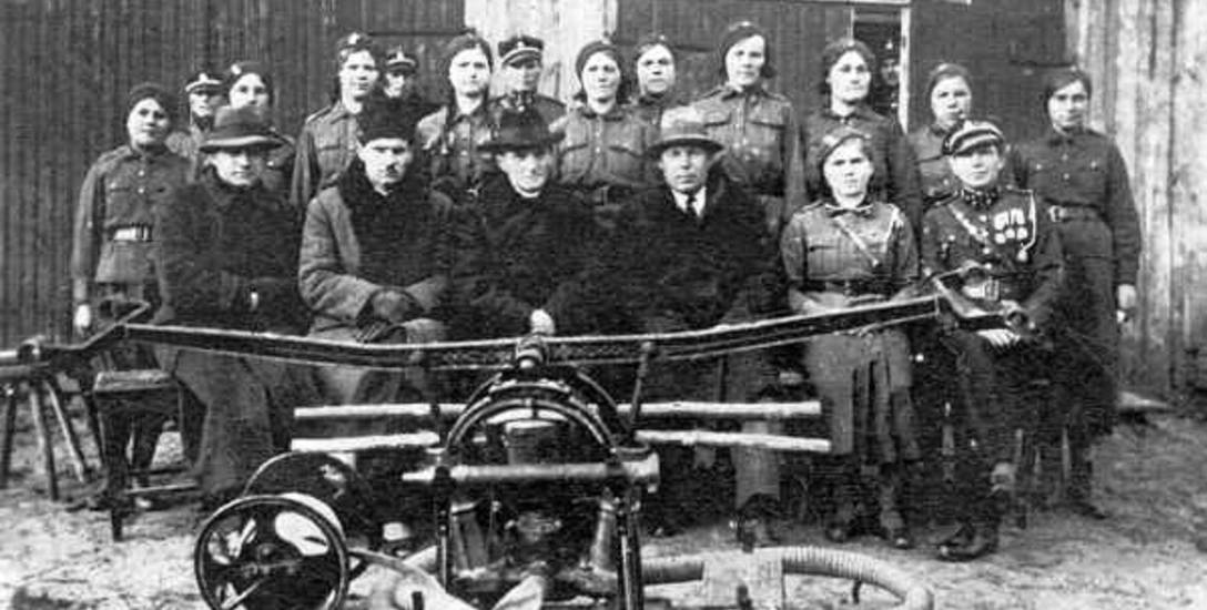 1930. Ochotnicza straż pożarna w Horodyszczu. Od prawej trzeci wójt Antoni Kozaryn. Obok ojciec chrzestny pana Walentego Adam Kołb. Druga od prawej ciocia