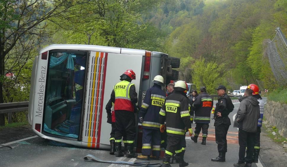 Film do artykułu: Wypadek koło Czchowa. Zderzenie trzech pojazdów, przewrócony autokar [ZDJĘCIA, WIDEO]