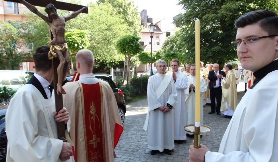 Film do artykułu: Diecezja zielonogórsko-gorzowska będzie miała pięciu nowych księży. W sobotę 23 maja przyjmą święcenia kapłańskie. Z jakich są parafii?