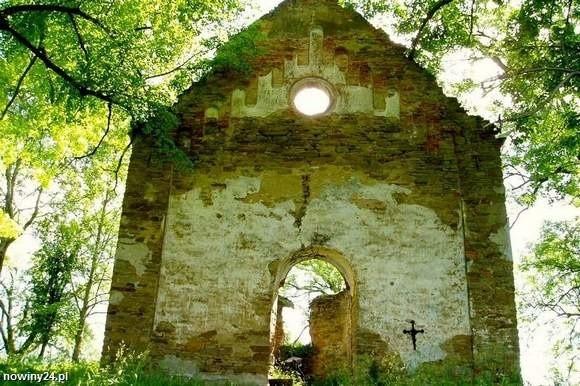 Ruiny cerkwi spalonej przez Ludowe Wojsko Polskie