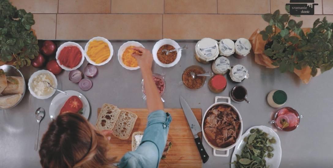 Ciabata z szarpaną wieprzowiną i sosem chrzanowo-żurawinowym i z sosem musztardowo-agrestowym