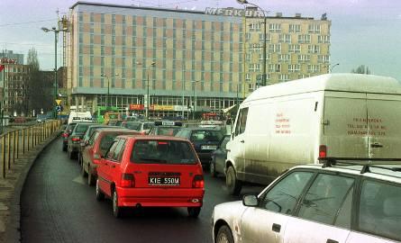 Taki był Poznań na początku XXI wieku. Zajrzeliśmy do archiwum i wybraliśmy dla Was zdjęcia archiwalne z 2001 roku. Osoby, które wówczas się urodziły,