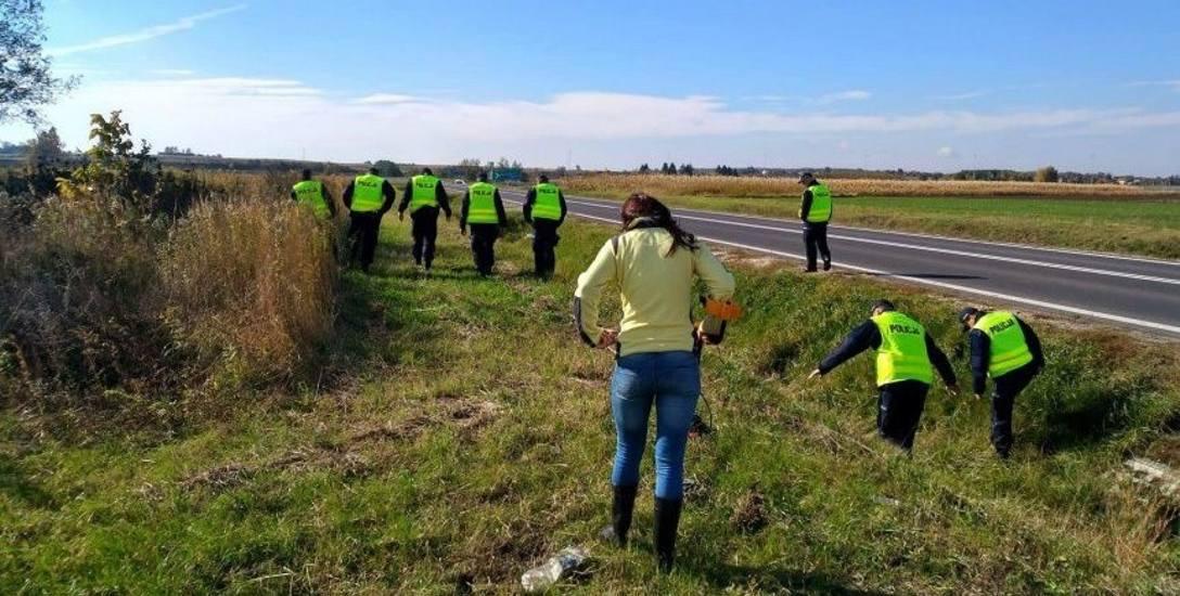 Październik 2017 r. Policja przeszukuje okolice łącznika autostradowego koło Gorliczyny.