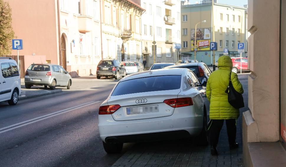 Film do artykułu: Radny chce walczyć z parkingowym chaosem w centrum Rzeszowa [ZDJĘCIA]